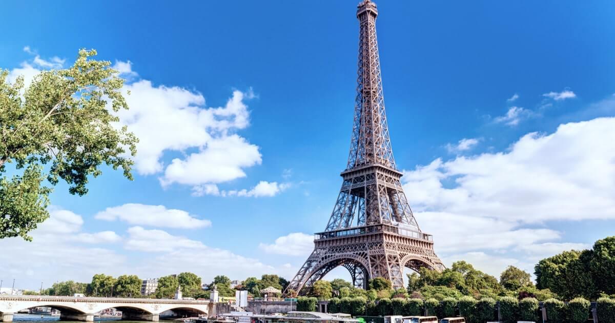 Эйфелева башня от реки Сены в Париже-shutterstock