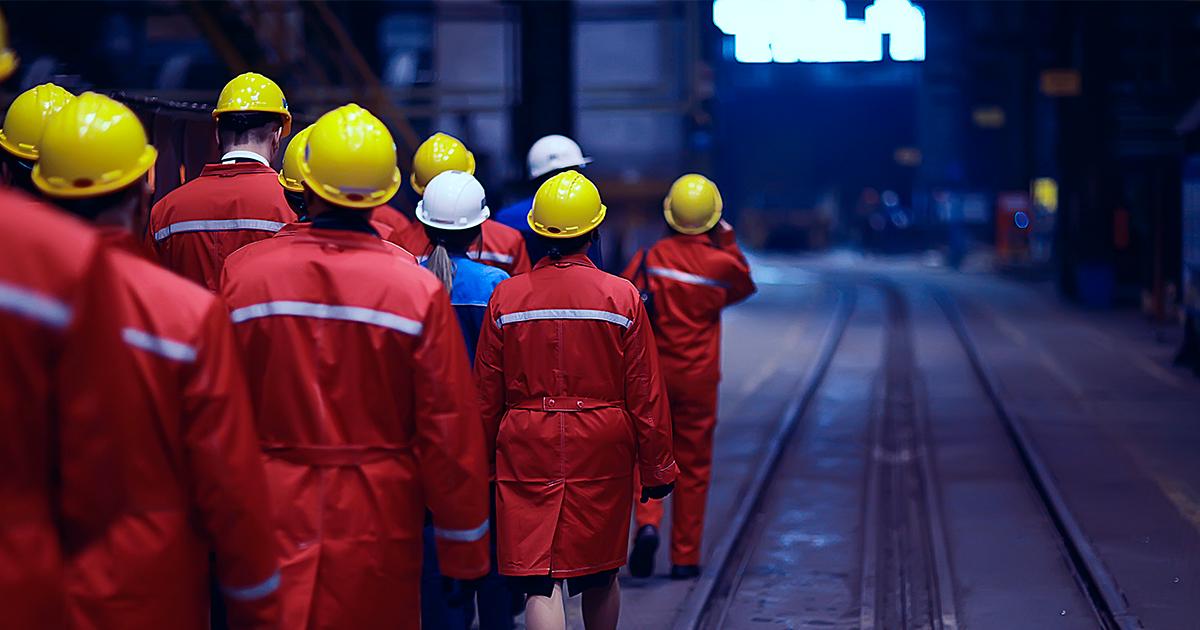 люди-идут-в-шлемах-и-униформе-по-промышленному-предприятию-shutterstock.com