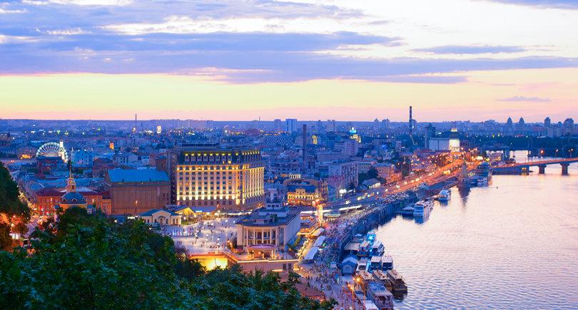 Киевский горизонт в сумерках. Подоль, река Днепр. Украина