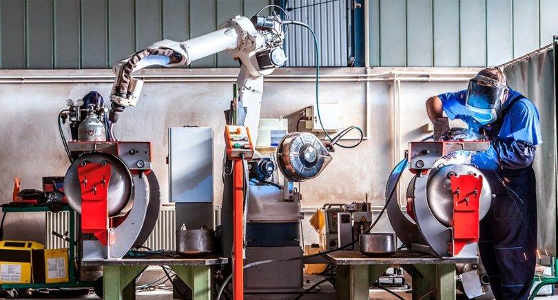 Человек и робот работают вместе. shutterstock