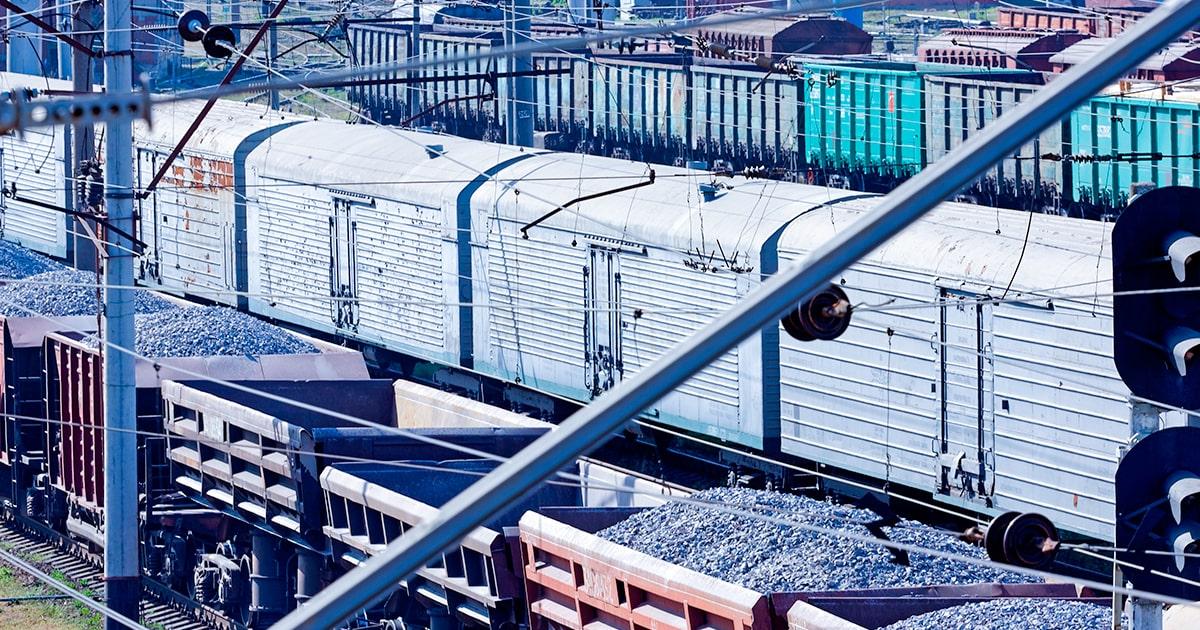 Грузовые вагоны припаркованы на железнодорожной станции - shutterstock