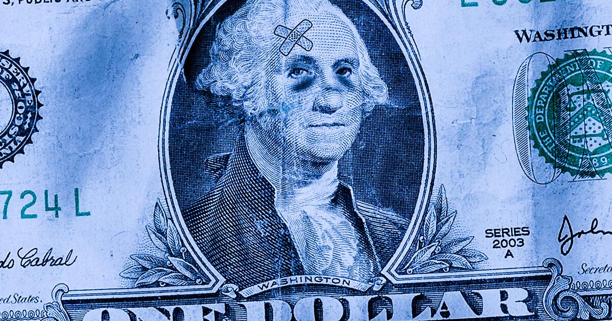 Избитый доллар США - shutterstock