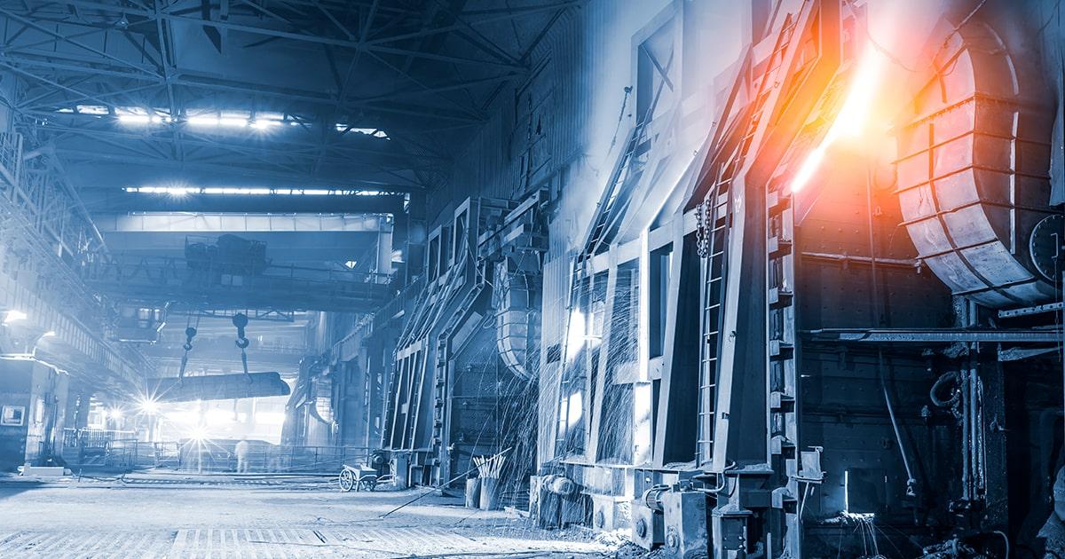 Доменная плавка жидкой стали на сталелитейных заводах - shutterstock