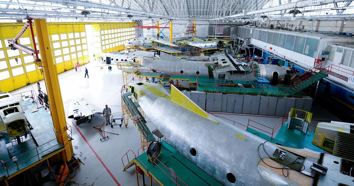 Вид технического зала с стоящими для ремонта самолетами. shutterstock