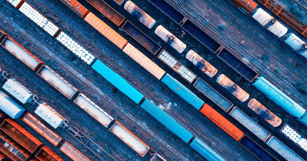 Аэрофотоснимок красочных грузовых поездов на железнодорожной станции.Shutterstock