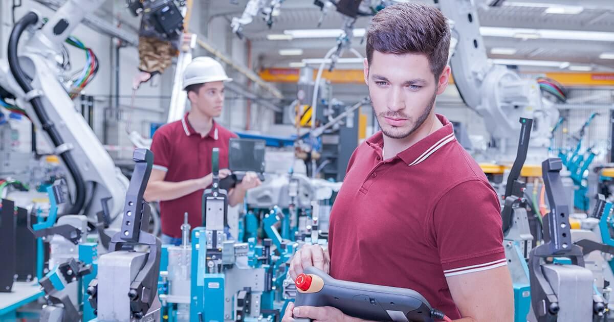 Два инженера проверяют работоспособность при вводе в эксплуатацию производственной линии в сварочном цехе - shutterstock