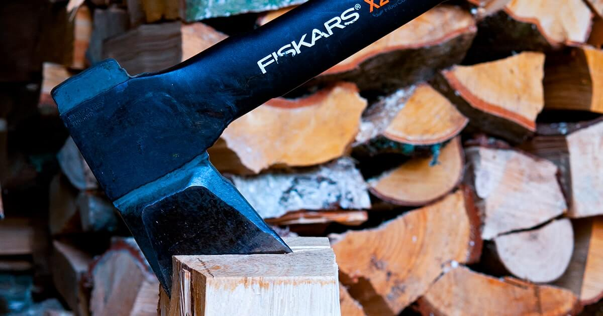 Фискарс топор - shutterstock