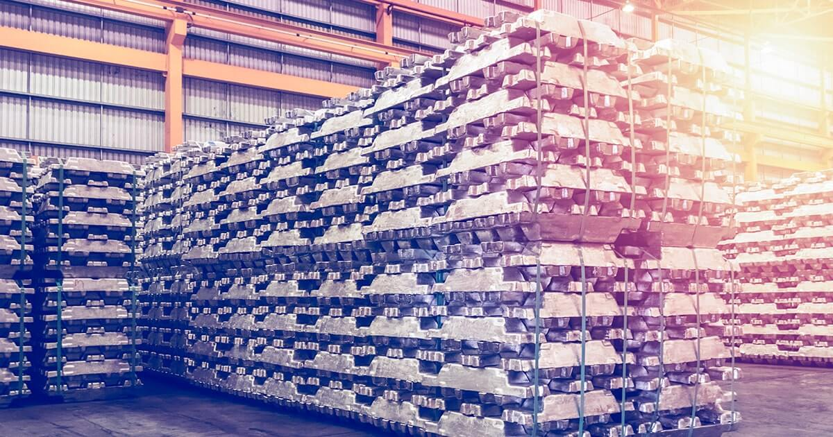 Хранение алюминиевых слитков в помещении склада на экспорт - Shutterstock