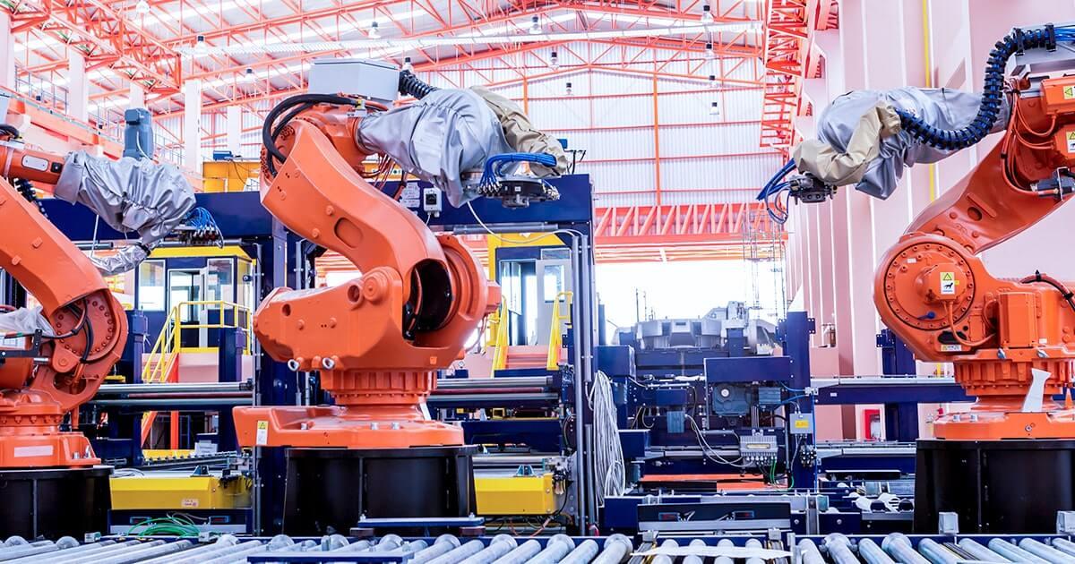 Промышленные сварочные роботы на заводе-изготовителе производственной линии - shutterstock