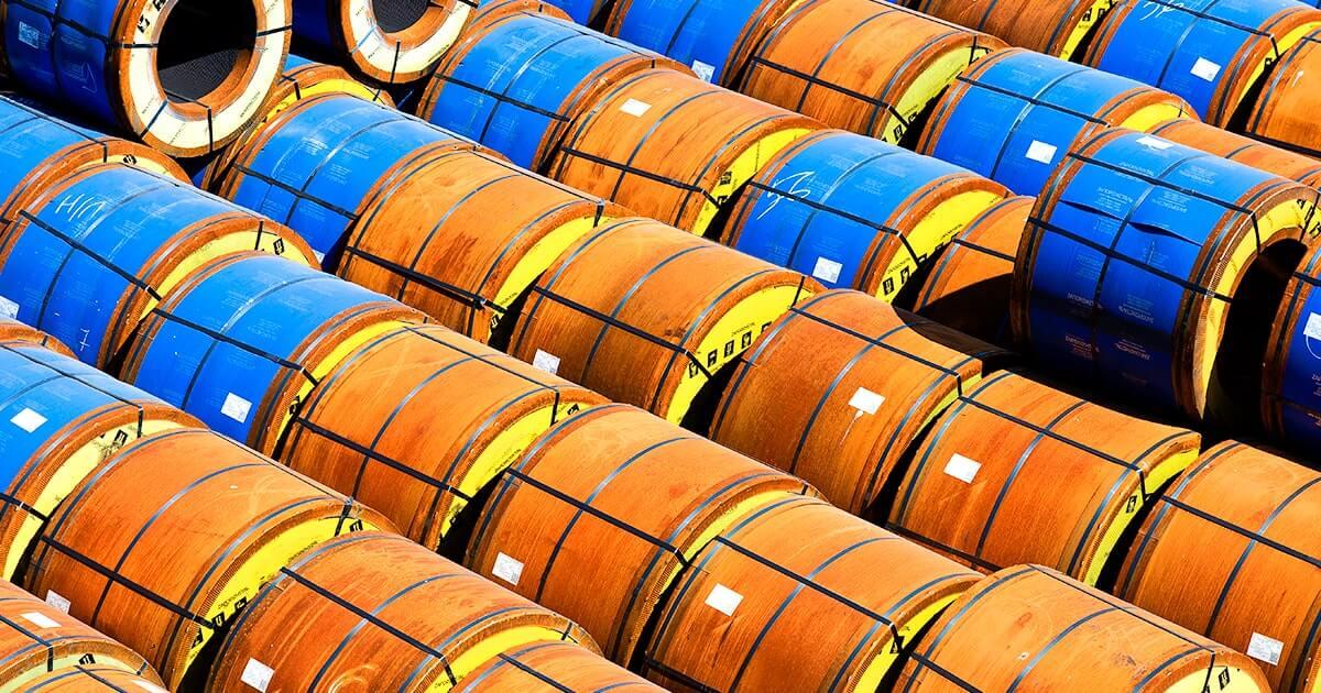 Промышленные товары в торговом грузовом порту. Металлопрокат упакован для перевозки морскими судами. shutterstock