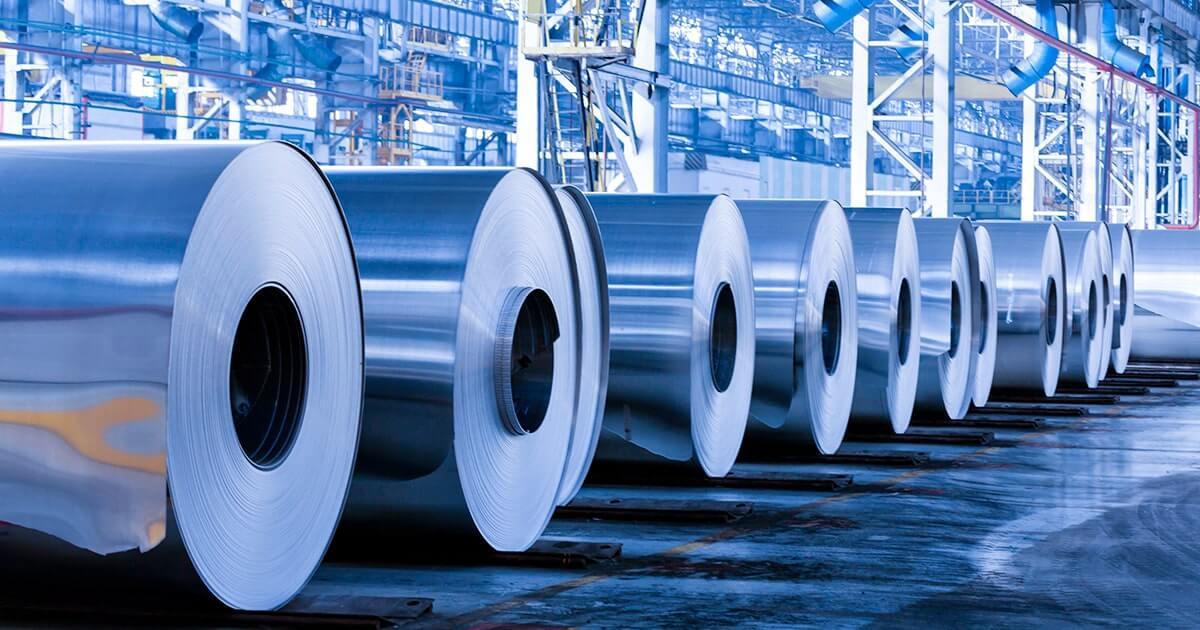 Ряд рулонов в производственном цехе завода. shutterstock