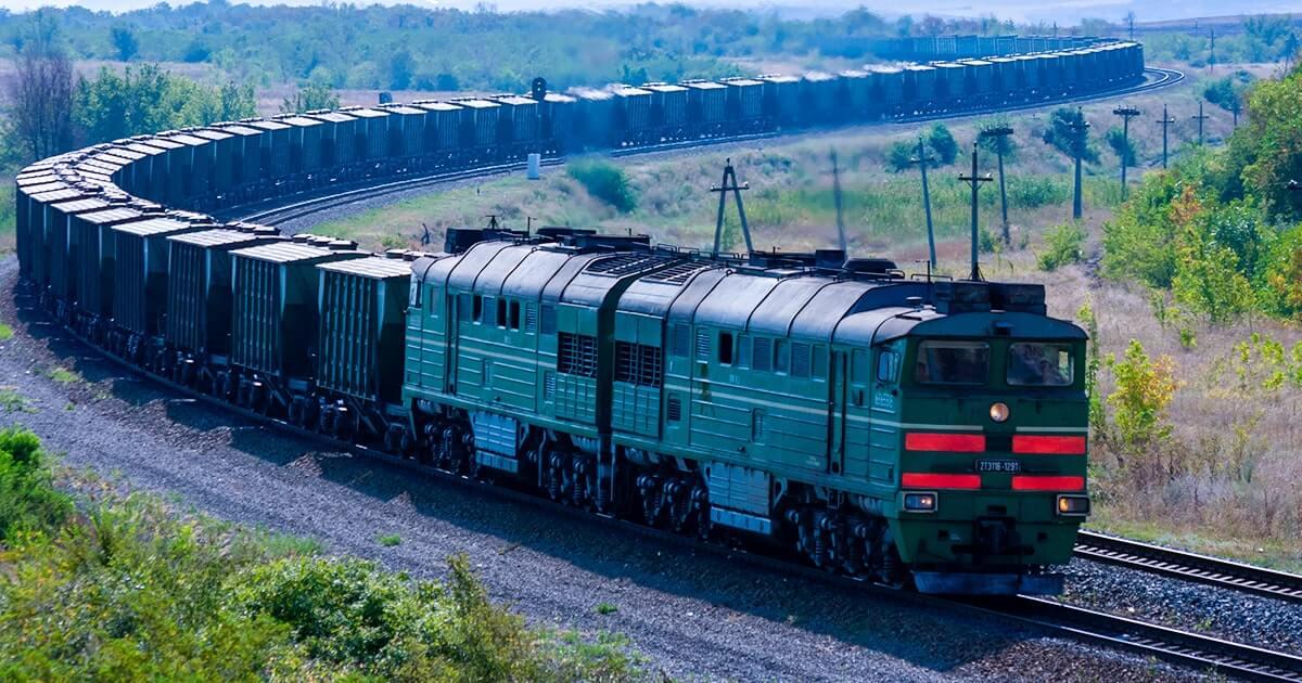 Тепловоз с грузовыми вагонами. Shutterstock