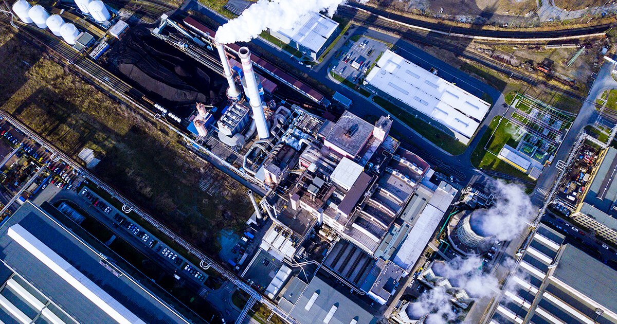Вид с воздуха на сталелитейном заводе в промышленной зоне - shutterstock