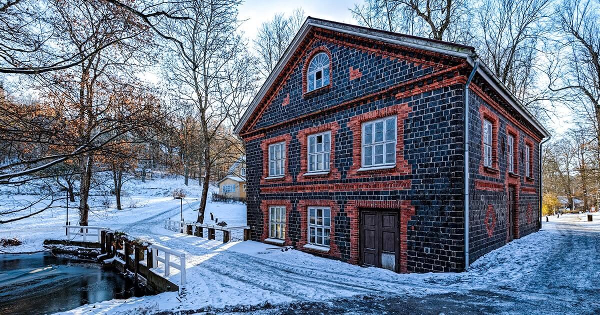 Заснеженный бывший металлургический комбинат, построенный из шлакоблока в 1898 году. Деревня Фискарс, Финляндия