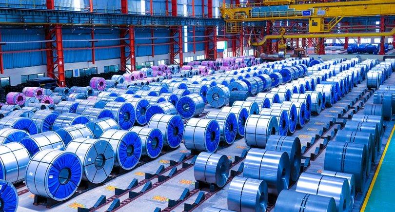 Готовые к отправке стальные рулоны на складе в Индии. shutterstock