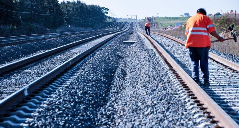 Железнодорожники ремонтируют железную дорогу. shutterstock