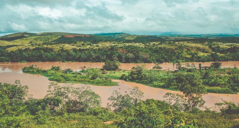 Грязевая река - последствие катастрофы с Vale. Ликвидация последствий обойдется более чем в $400 млн - shutterstock.com