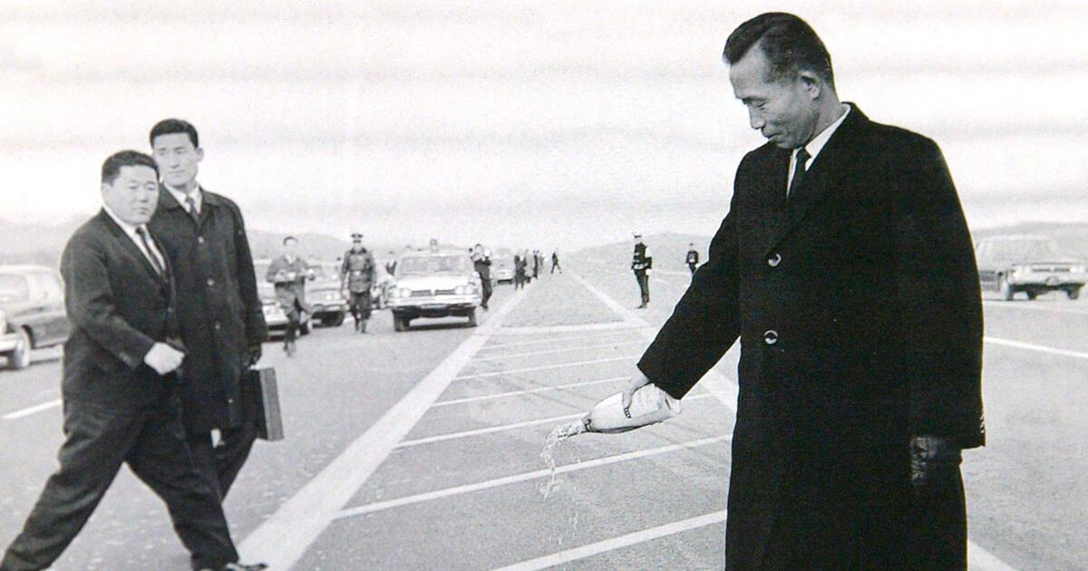Пак Чон Хи на открытии скоростной автомагистрали (с) chogabje.com